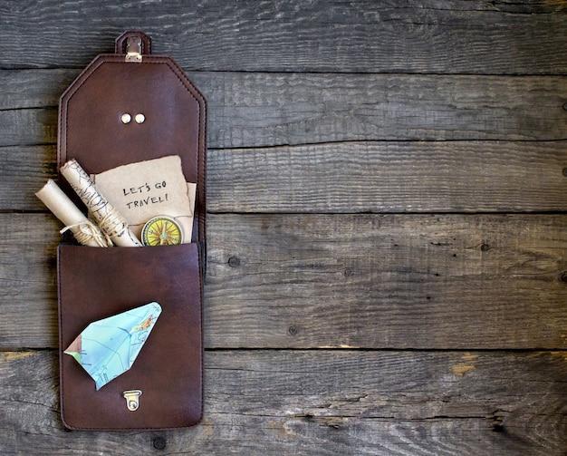 Fondo de madera de viaje superior, bolso, mapa
