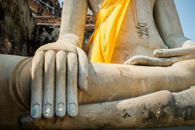 Fondo de mano y vintage de la estatua de buda