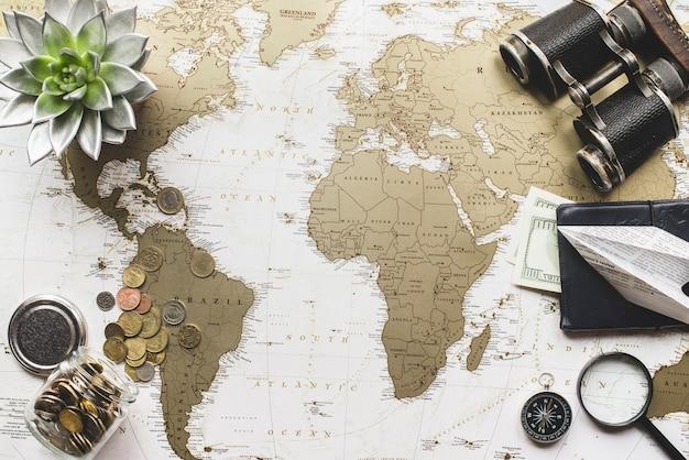 Fondo de mapa del mundo con objetos de viaje decorativos