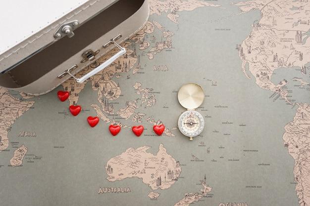 Fondo de mapa del mundo vintage con maleta y brújula