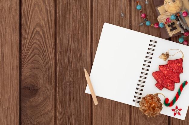 Fondo de maqueta de navidad con cuaderno de espacio en blanco