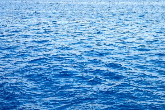 Fondo del mar. agua azul con reflejos del sol
