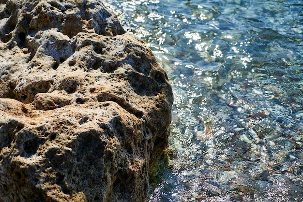 Fondo de mar azul y roca