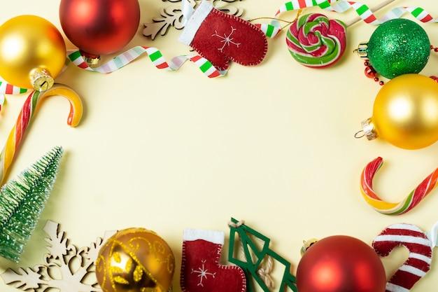 Fondo de marco festivo con coloridas bolas de navidad y decoraciones. copia espacio