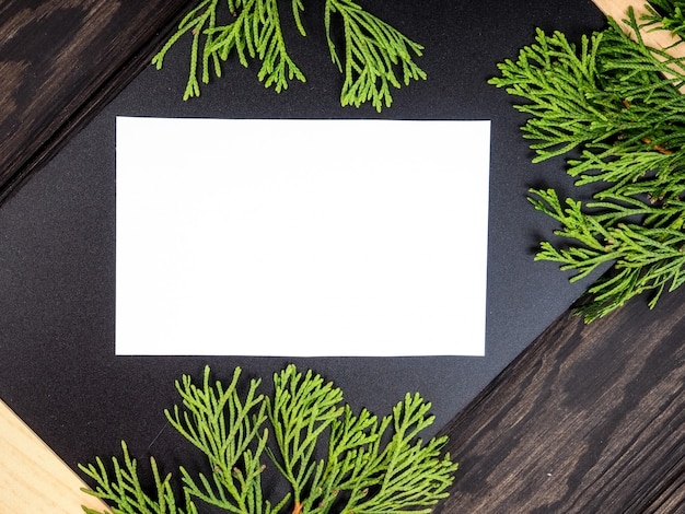 Fondo de marco de navidad con árbol de navidad y decoraciones de navidad. feliz navidad tarjeta de felicitación, banner. tema de vacaciones de invierno. feliz año nuevo. espacio para texto
