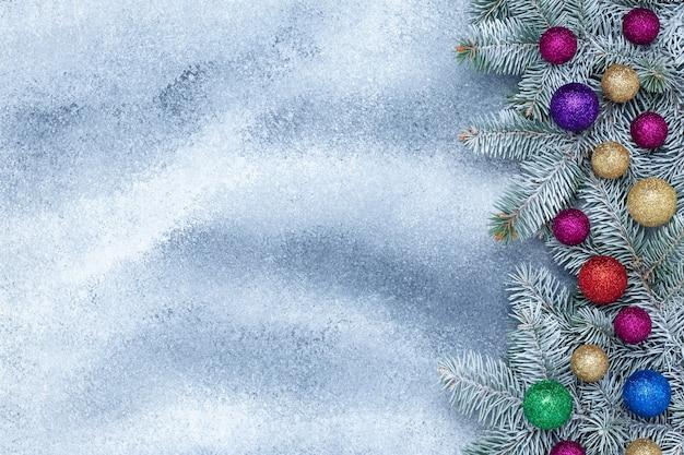 Fondo de marco de navidad con bolas brillantes y ramas de abeto y decoraciones