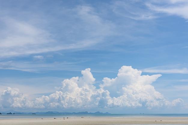 Fondo marino azul marino de las nubes blancas del cielo azul marino de verano
