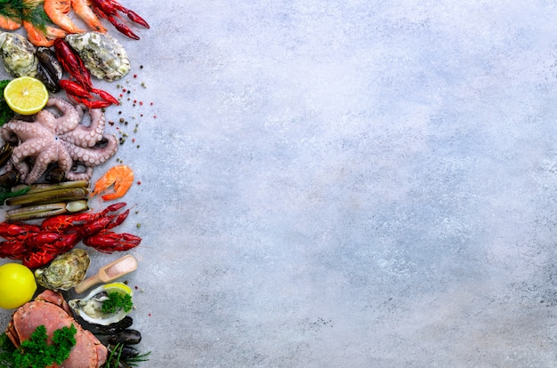Fondo de mariscos: mejillones frescos, moluscos, ostras, pulpos, conchas de afeitar, camarones, cangrejos, cigalas, cangrejos, algas, limón, especias.