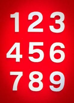 Fondo de matemáticas hecho con números sólidos del 1 al 9 en una pizarra roja