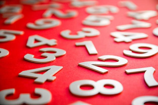 Fondo de matemáticas hecho con números sólidos en un tablero. aislado en rojo