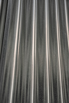 Fondo metálico con líneas verticales