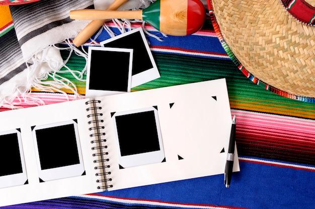 Fondo mexicano con álbum de fotos y fotos en blanco.