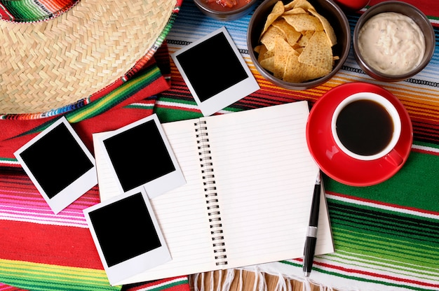 Fondo mexicano con libro de escritura o álbum de fotos, impresiones de fotos en blanco