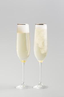 Fondo minimalista de copas de vino blanco de lujo