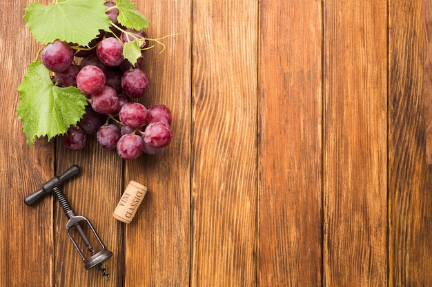 Fondo minimalista de madera con uvas.