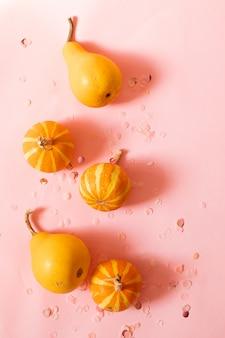 Fondo de moda con decoración de calabaza y brillo de halloween naranja con copyspace para texto. vista plana, vista superior.