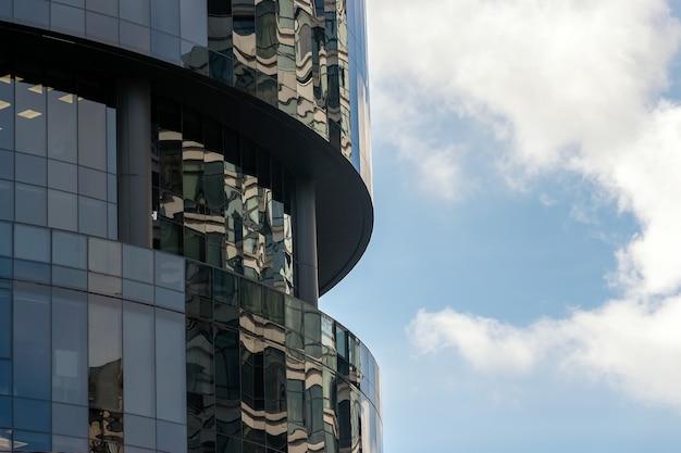 Fondo con moderno edificio de oficinas de acero y vidrio.