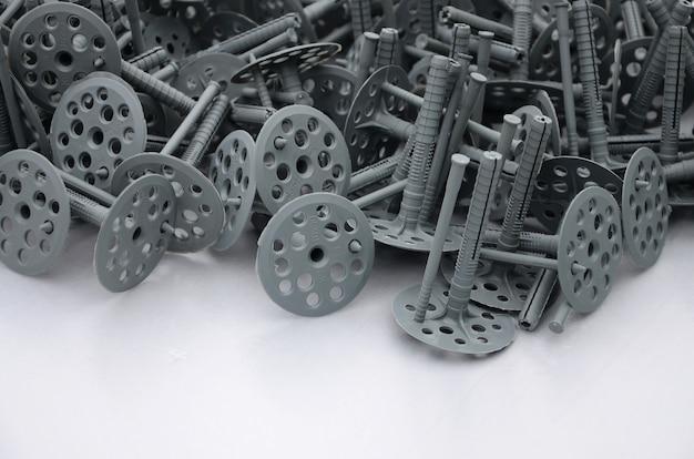 Fondo de muchos pasadores de plástico gris (fijación) para aislamiento térmico