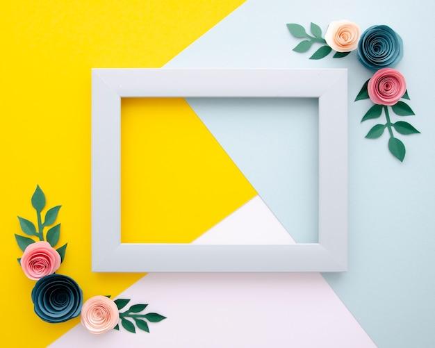 Fondo multicolor con marco floral