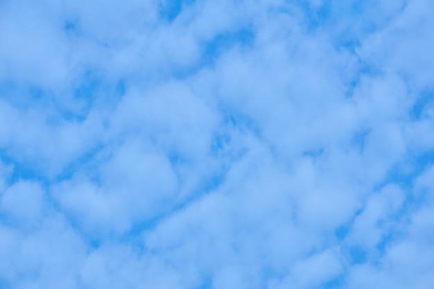 Fondo natural, celaje - cielo azul con cúmulos de luz