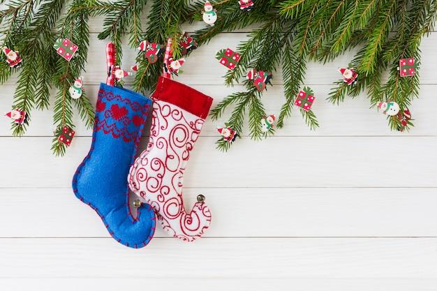 Fondo de navidad abeto de navidad, calcetines de navidad sobre fondo blanco tablero de madera con espacio de copia.