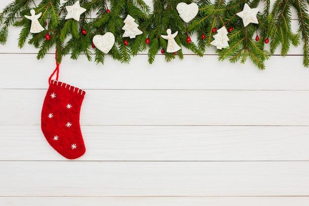 Fondo de navidad abeto de navidad con decoración sobre fondo blanco tablero de madera con espacio de copia.