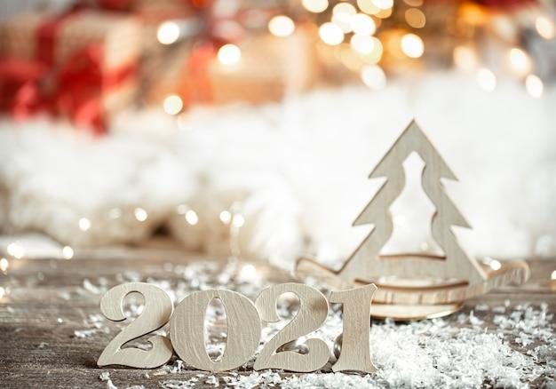 Fondo de navidad abstracto festivo con número de madera 2021 de cerca y detalles de decoración.