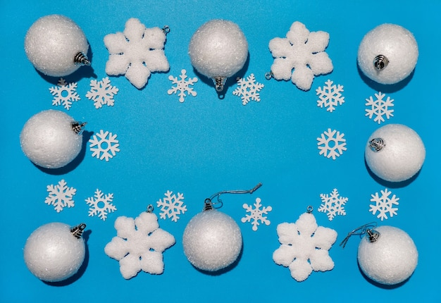 Fondo de navidad, adornos blancos, bolas de navidad y copos de nieve, espacio de copia para texto