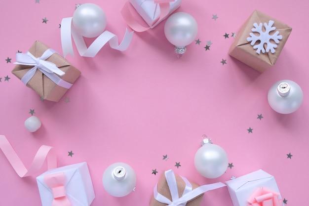 Fondo de navidad con adornos y cajas de regalo en rosa