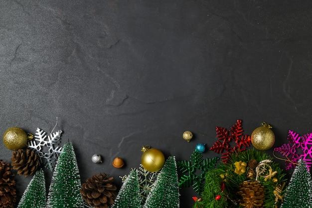 Fondo de navidad con adornos en la mesa de piedra negra