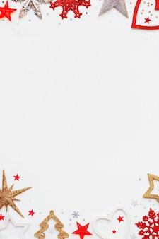 Fondo de navidad y año nuevo con abeto brillante, corazón, copos de nieve y confeti estrella.