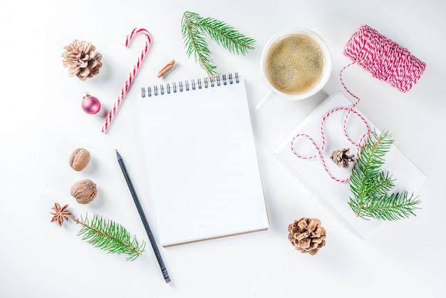 Fondo de navidad y año nuevo con bloc de notas vacío