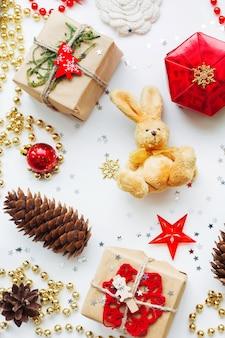 Fondo de navidad y año nuevo con decoraciones.