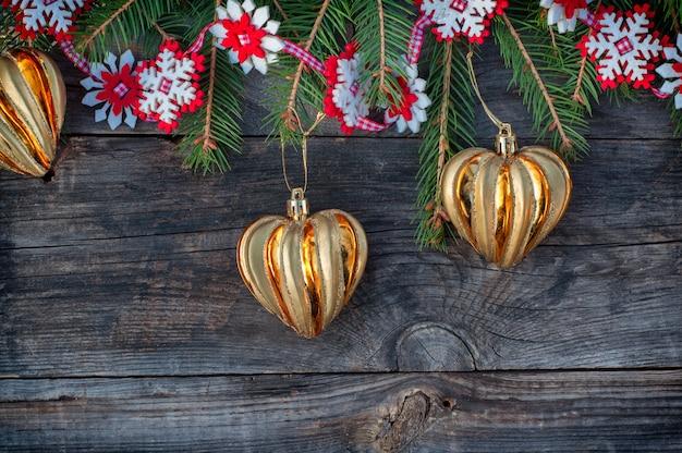Fondo de navidad y año nuevo con juguetes y ramas de abeto.