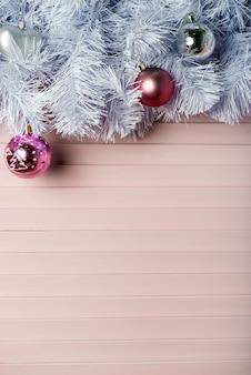 Fondo de navidad con el árbol de navidad, adornos rojos y brillantes luces bokeh