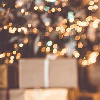 Fondo de navidad árbol de navidad con regalos. engrasado