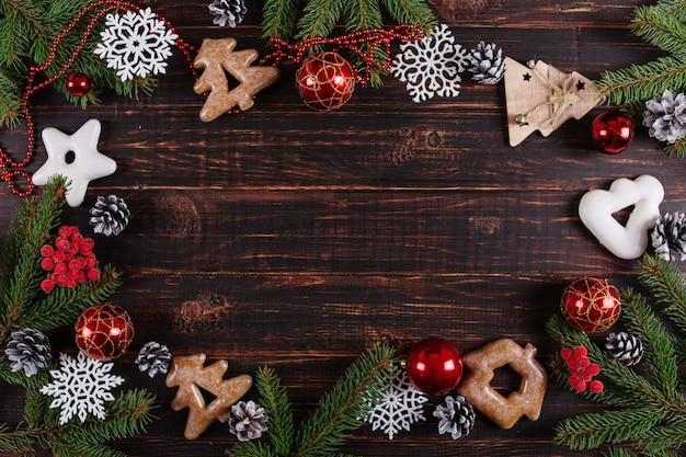 Fondo de navidad, árboles de navidad, juguetes y pan de jengibre hechos a mano en una mesa de madera
