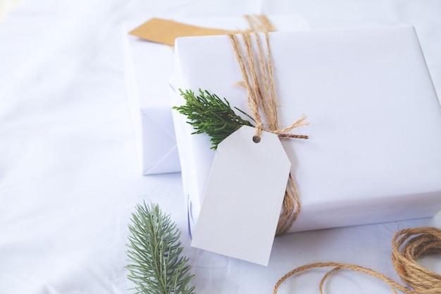 Fondo de navidad - artesanía y regalo de navidad hecho a mano (cajas de regalo) con etiqueta. estilo vintage. enfoque selectivo y superficial.