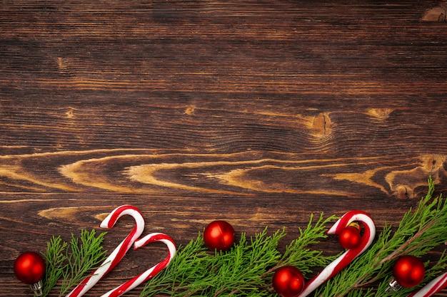 Fondo de navidad con bastón de caramelo en el escritorio de madera decorada
