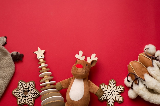 Fondo de navidad para bebés, decoración de madera plana infantil de invierno, ciervos, tela sobre fondo rojo