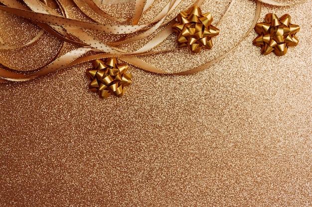 Fondo de navidad con bokeh y un arco.