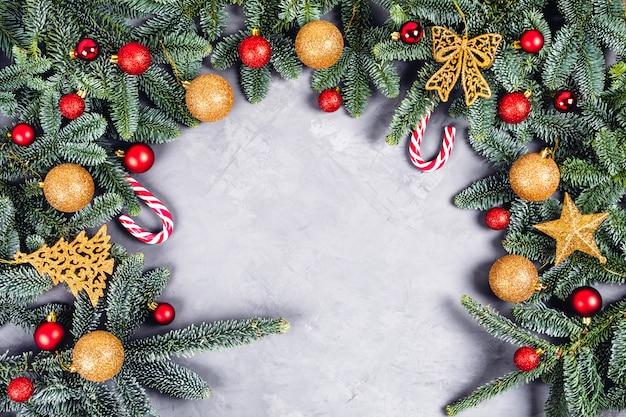 Fondo de navidad con bolas doradas y rojas y juguetes.