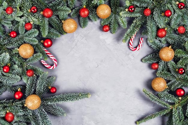Fondo de navidad con bolas doradas y rojas.