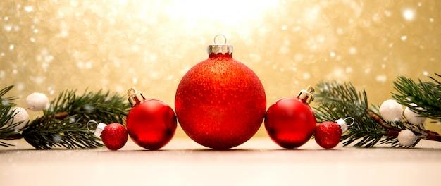 Fondo de navidad con bolas de navidad, regalos y decoración