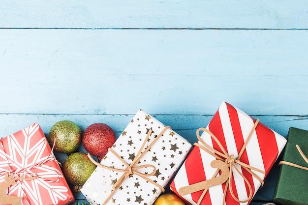 Fondo de navidad con cajas de regalo, preparación para vacaciones. vista superior con espacio de copia.