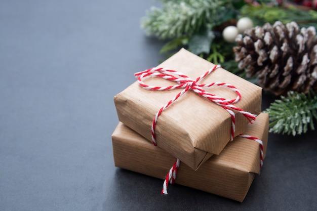 Fondo de navidad con cajas de regalo, ramas de abeto y piñas. copia espacio