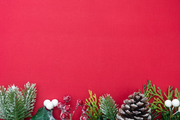 Fondo de navidad con cajas de regalo en tablero rojo y copia espacio.