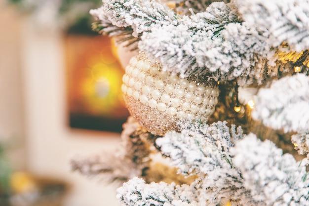 Fondo de navidad chimenea y árbol de navidad. enfoque selectivo.