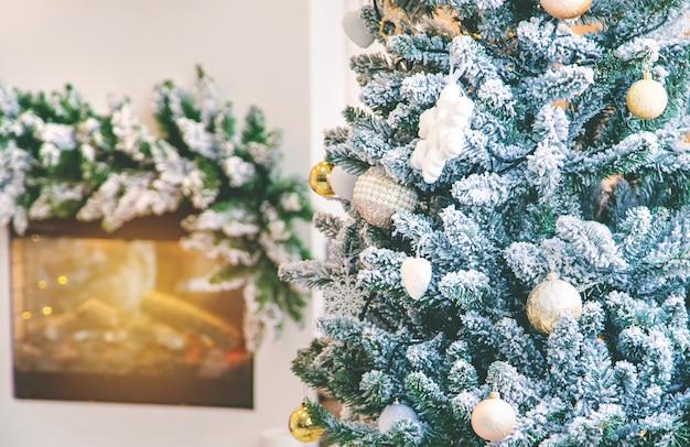Fondo de navidad chimenea y árbol de navidad, enfoque selectivo.