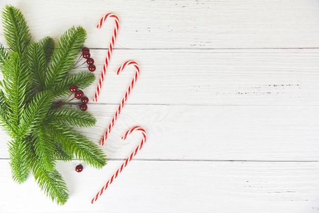 Fondo de navidad composición de madera ramas de abeto pino y bayas rojas